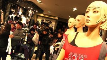 Clients fent cua a una botiga del centre comercial Espai Gironès, de Salt.  LLUÍS SERRAT