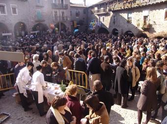 La fesolada, a la plaça Major, és l'acte més multitudinari de l'esperada fira de Santa Pau.  O. MAS