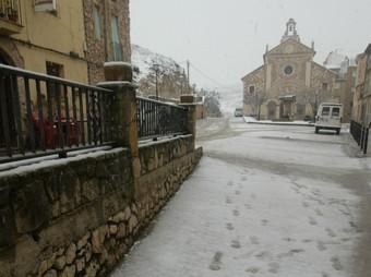 L'acumulació de neu sobre l'església d'Ulldemolins (a la imatge, el passat 7 de gener) va provocar l'esfondrament de part del sostre de l'abadia. JUDIT FERNANDEZ