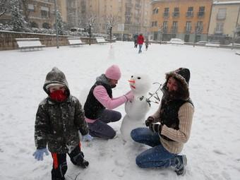 Gent fent un ninot de neu a Sant Hilari Sacalm. LLUÍS SERRAT