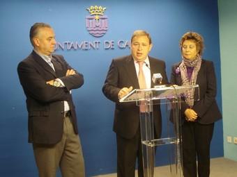 L'alcalde Gandia explica l'avanç educatiu de la vila franquejat per dos dels regidors. /  CEDIDA