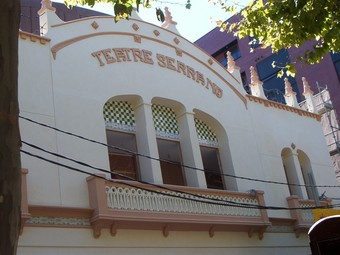 Façana principal del Teatre Serrano de Gandia. /  ARXIU