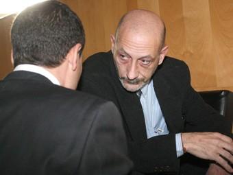 Gonzàlez Riscos, de cara, parla amb el seu advocat, David Carrasco.  LLUÍS SERRAT
