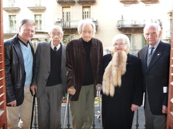 D'esquerra a dreta, l'autor, l'historiador Josep Maria Solé i Sabaté, amb alguns dels testimonis de la guerra que ha entrevistat en aquest volum: Joan Riera, Miquel Siguan, Trini Ballonga i Valeri Fenés, ahir a Barcelona.  R.M