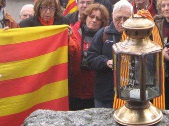 Renovació de la flama de la llengua a la tomba de Pompeu Fabra.  SORTIM