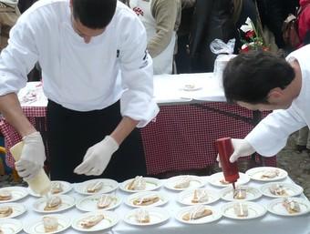 Dos cuiners preparen degustacions fets amb fesol de Santa Pau. A.V