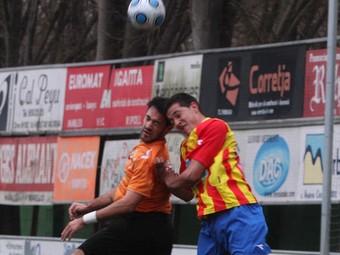 Tarrés salta amb un rival, ahir a Manlleu.  ALBERT LLIMÓS / EL 9 NOU