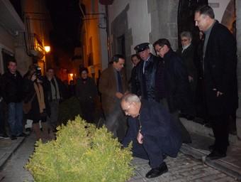 El Delegat del Govern estatal encén la foguera a les portes de l'Ajuntament d'Alcubles.