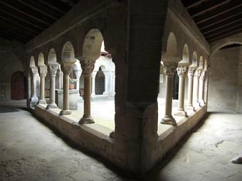 Claustre romànic de la canònica agustiniana de Santa Maria de Lluçà.  CONSORCI DEL LLUÇANÈS