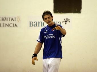 Soro III fa indicacions al seu feridor durant una partida del campionat . /  FREDIESPORT