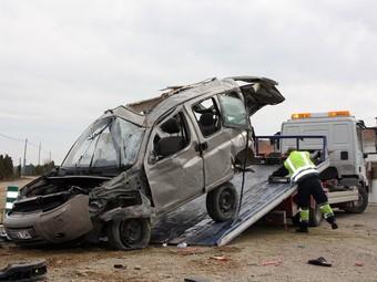 L'estat en què va quedar la furgoneta accidentada ahir al matí a Albesa.  ACN