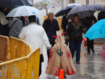 Ribes es va quedar sense la cercavila de la baixada de Sant Pau a causa del mal tempps, ahir al migdia. M.L