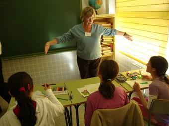 Alguns ciutadans anglesos empadronats a Calp, fan classes de conversa en anglés a l'alumnat. /  CEDIDA