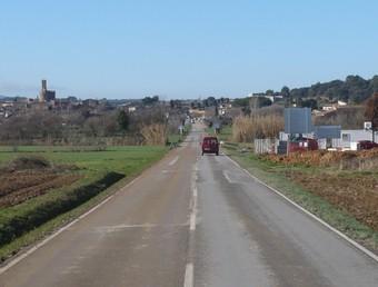 La carretera GI-643, amb el nucli de Parlavà al fons. A.V