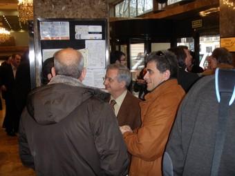 L'alcalde d'Ascó, al centre de la imatge, parlant amb altres regidors de la Ribera després de l'assemblea de l'AMAC.  Ò.M.J
