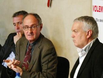 Els portaveus de la Comissió, amb representants d'alguns ajuntaments afectats.  A. PUIG