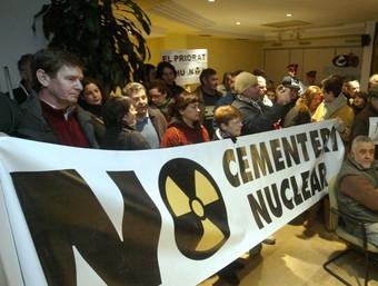 Els manifestants van ocupar el saló de sessions del consell de la Ribera d'Ebre amb pancartes contra l'MTC. J. FERNÀNDEZ