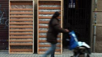 A la imatge, dos somiers abandonats enmig del carrer, a Barcelona. ORIOL DURAN
