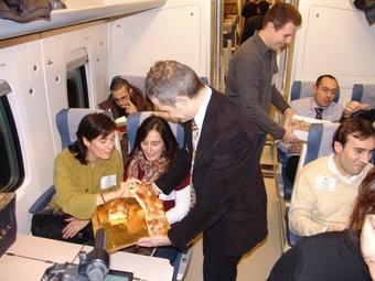 Membres de la Plataforma repartint esmorzar en el tren d'ahir al matí.  O.M