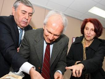 L'acte de presentació de la maleta de Miguel Prieto i donació al seu fill Àngel Prieto, que es va fer al 2009 a Cabestany. D'esquerra a dreta: Jean Vila, alcalde; Àngel Prieto i Germaine Grau.  L. SERRAT
