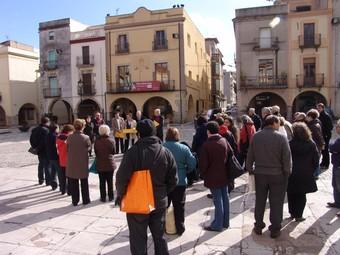 Els dirigents d'ERC, ahir, a la plaça d'Amer, parlant davant la premsa i veïns. J.M.S
