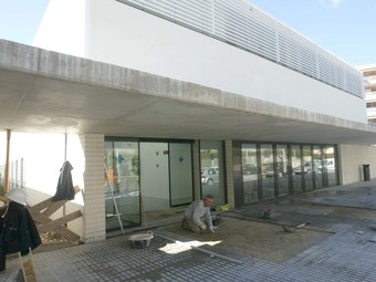 Operaris enllestint ahir l'entrada del nou CAP de Salou. /  J.F