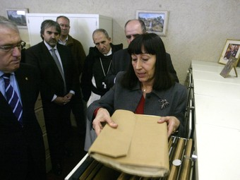 La directora de l'arxiu Tarradellas, Montserrat Catalán, va explicar el contingut del fons als representants de la Diputació i la URV.  JUDIT FERNÀNDEZ