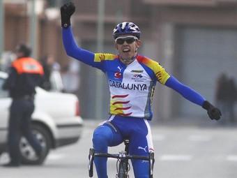 Víctor Iturat, vencedor del trofeu Sant Sebastià, celebra el seu pas per la meta.  DIMAS BALAGUER