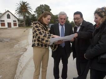 El secretari general de Mar atén les explicacions de l'alcalde de Deltebre. J. FERNÀNDEZ
