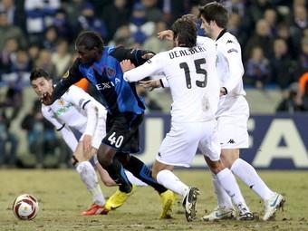 El València es va veure superat pel Bruges. A la fotografia Kouemaha, autor del gol, s'escapa de Villa, Albelda i Dealbert.  EFE/ VIRGINIE LEFOUR-BRUNO