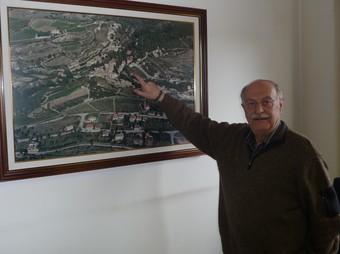 Lluís Caldentey assenyalant ahir el mapa de Pontons on es podria instal·lar el parc.  A.M