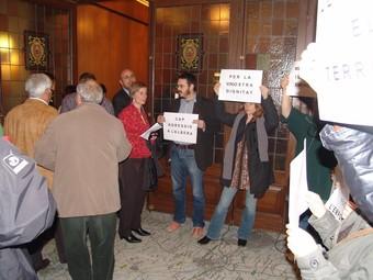 Membres de Salvem l'Empordà van protestar quan els alcaldes entraven a la sala.  J.P