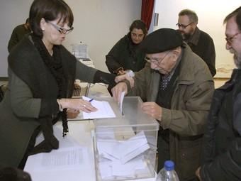 Un avi diposita el seu vot en una de les consultes de diumenge passat. EFE