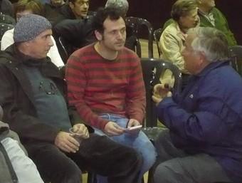 Llach i Riera parlen amb veïns de Parlavà, poc abans de començar la xerrada. A.V