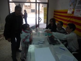 Una nena posa el vot del seu pare a l'urna, ahir a Agramunt.  D. MARÍN