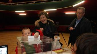 Un moment de la votació al teatre del Casino de Caldes de Montbui. /  ORIOL DURAN