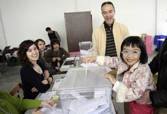 Un pare i una filla votant a Palafrugell.