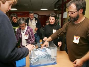Recompte de vots al centre cívic l'Estació, al Vendrell.  M. MARTÍNEZ