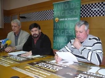 Caball, al centre, amb l'alcalde, Lluís Sacrest, i Lluís Sunyer, de la UP a la Garrotxa.  J.C