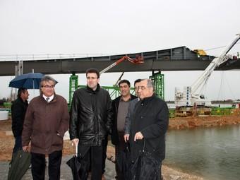 El conseller Nadal va visitar ahir les obres de construcció del pont a Deltebre.  ACN