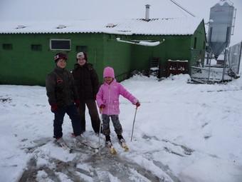 Uns nens van aprofitar el tancament de l'escola per jugar al matí amb els esquís en una granja d'Agramunt (Urgell).  D. MARÍN