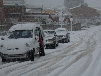 Cotxes atrapats en un accés a Vilobí del Penedès.  C.M