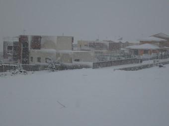 Un moment de la intensa nevada a Vilobí del Penedès ahir a la tarda. C.M.