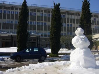 Una ninot de neu a la plaça dels Jurats de Banyoles RE