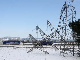 Una torre doblegada al costat de l'autopista, a la sortida de Salt. La força del vent i el pes de la neu va ser la principal causa que va motivar la caiguda de les torres. LLUÍS SERRAT