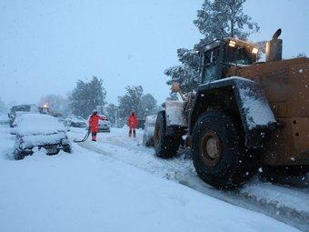 La nevada del 8 de març va ser l'episodi meteorològic més impactant de l'any. A la foto, conductors atrapats a Camallera. LLUÍS SERRAT