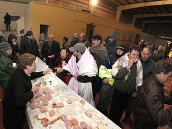 El repartiment de menjar en el pavelló de Camallera, dilluns a la nit.  LLUÍS SERRAT