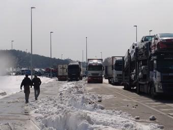 Els camions continuaven retinguts ahir a la N-II a la Jonquera per les dificultats d'accedir a l'AP-7.  J.P