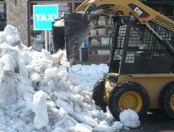 Una màquina treien neu ahir al matí dels carrers del nucli antic de Torroella de Montgrí. A.V