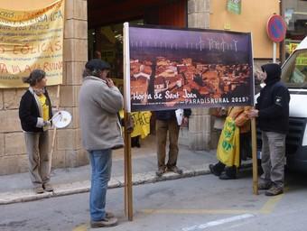 La protesta de la plataforma, ahir a Tortosa. G.M